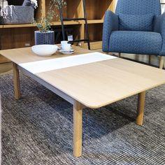 Elia soffbord är ett funktionellt bord i skandinavisk design, idealiskt för små utrymmen med sina två iläggskivor. Vi gillar den vita skivan som gör det lilla extra! Stomme i massiv ek och bordskkiva i ekfaner, 3489kr. #habitatsverige
