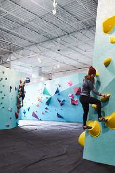 Brightly coloured hand and foot holds form climbing routes across turquoise walls at this bouldering centre, set inside an industrial building in Minneapolis. Indoor Bouldering, Bouldering Wall, Climbing Wall, Rock Climbing, Climbing Holds, Minneapolis, Gym Architecture, Minimalist Architecture, Turquoise Walls