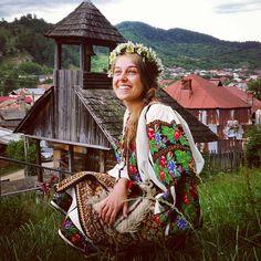 #SanzieneLaCorbi #PureRomania #Corbi Romania People, Romanian Girls, Visit Romania, Costumes Around The World, The Beautiful Country, Medieval, Bucharest, Folk Costume, Eastern Europe