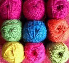Je vois beaucoup de demande concernant les achats de laine. Où peut on acheter de la laine, de bonne qualité , pas trop chère ? Je crée donc une liste non exhaustive pour que vous puissiez trouver …