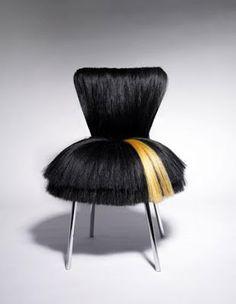 designer croata Dejana Kabiljo fez em sua estranha e impressionante coleção Pretty Pretty, na qual cadeiras, pufes, bancos e poltronas são inspirados em penteados e cortes de cabelo, usando fios sintéticos!