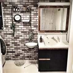 賃貸のお部屋はユニットタイプの洗面台が多く、存在感があるので洗面所の雰囲気をガラリと変えることは難しい、と思うことはありませんか?RoomClipには、賃貸の据え付け洗面台をリメイクする素敵なアイデアがたくさんあります!今回は、洗面台を華麗に変身させる、驚きのリメイク術を難易度順にご紹介します。