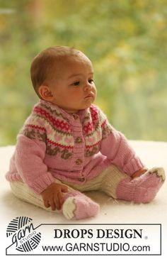 Set bestående av: Stickad kofta med runt ok med ekorrar och hjärtan, sockor och ribbstickade byxor till baby och barn i DROPS Alpaca.