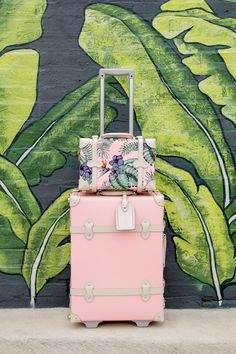 Jennifer Lake Style Charade in an Alice and Olivia palm print midi dress, Sam Edelman leaf print Yaro sandals, and SteamLine pink luggage at a leaf mural in Chicago Pink Luggage, Cute Luggage, Luggage Sets, Lv Luggage, Best Carry On Luggage, Travel Luggage, Travel Bags, Travel Backpack, Cute Suitcases