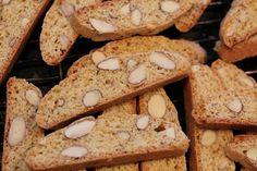 """I matverden skal en være veldig forsiktig med å utrope en matoppskrift til """"verdens beste"""". Jeg mener imidlertid at jeg, etter å ha smakt meg gjennom utallige slag med biscotti (både hjemmelagede og bortekjøpte) i inn- og utland, har godt grunnlag for denne noe pompøse overskriften. Biscotti, Norway Food, Sandwich Cake, Christmas Baking, Winter Holidays, Cake Cookies, Deserts, Food And Drink, Sweets"""
