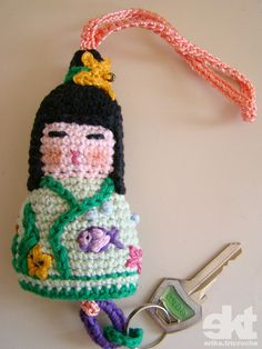 Fazer uma kokeshi de croche já tiro de letra, agora a novidade é que ela virou chaveiro!!!!  Veja o passo a passo aqui  erikatricroche.blogspot.com/2009/12/kokeshi-chaveiro.html  Mais uma pra AS - grupo pontoAponto