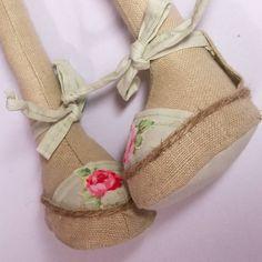 У кроликов тоже должна быть хотя бы одна пара обуви,если это ☝можно так назватьОстальное завтра#burmistrovahandmade #игрушкиручнаяработа #кролики#интерьерныеигрушки #сделаносдушой