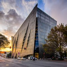 UTS Faculty of Engineering and IT, Broadway, NSW: A Denton Corker Marshall and Lendlease project, featuring Fairview's Vitrabond in Anodised Clear, Smoke Silver and Silver Ice Metallic. http://fv.com.au/uts-faculty-of-engineering-and-it/