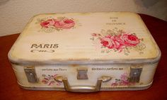 Retazos de Madera Vintage Suitcase Decor, Old Luggage, Vintage Suitcases, Shabby Chic Furniture, Craft Projects, Craft Ideas, Party Time, Flower Arrangements, Diy And Crafts