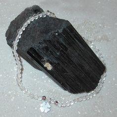 Das Armband wird in liebevoller Handarbeit gefertigt und energetisiert. Der Bergkristall schenkt uns Reinheit und Klarheit. Er eignet sich besonders zum meditieren. Das Kleeblatt verkörpert das Thema Glück und eignet sich daher besonders als Geschenk. Dog Tags, Dog Tag Necklace, Jewelry, Fashion, Handmade Bracelets, Leaf Clover, Gems Jewelry, Rhinestones, Crystals