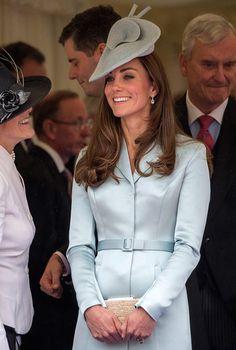 http://blog.hola.com/fashionassistance/2014/06/analizamos-el-outfit-de-la-duquesa-de-cambridge-el-dia-de-la-jarretera.html
