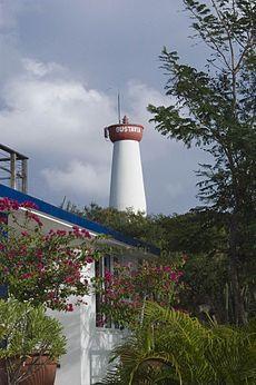 Atlantique - Phare de Gustavia, île de Saint-Barthélemy (Antilles françaises) - Coordonnées 17° 54′ 04″ N / 62° 51′ 06″ W - Feux : blanc,vert,rouge / 12 s