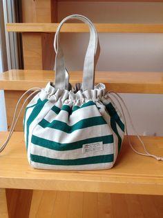 ハンドメイドマーケット+minne(ミンネ)|+ボーダー巾着トートバッグ♪グリーン♪ Diy Handbag, Diy Purse, Drawing Bag, Drawstring Pouch, Bag Patterns To Sew, Fabric Bags, Small Handbags, Cotton Bag, Bucket Bag