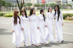 Tổng hợp những bài văn tả chiếc áo dài Việt Nam. Áo dài là trang phục truyền thống của người Việt Nam. Từ bao đời này, chiếc áo dài đã gắn bó với con người Việt Nam qua những lễ hội, những ngày trọng đại như ngày cưới. Chiếc áo dài thể hiện cho vẻ đẹp của người con gái Việt Nam.