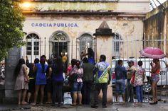O Ministério Público Federal no Amazonas (MPF/AM) expediu recomendação à Força Nacional de Segurança Pública para que atue na Cadeia Pública Desembargador Raimundo Vidal Pessoa, em Manaus, seguindo os mesmos procedimentos de operação e logística de segurança adotados no Complexo Penitenciário Anísio Jobim (Compaj), na BR 174. A recomendação considera os últimos acontecimentos na unidade prisional, como a rebelião onde 14 internos fugiram e que deixou quatro mortos. Os 226 detentos alojados…