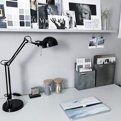Szary domowy gabinet z białym biurkiem i czarną lampką