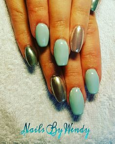 Nieuwe set acryl nagels met babbling blue gelpolish en magic chrome pigment op accentnagels!