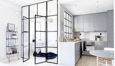 Compact wonen met zwarte stalen deuren in de slaapkamer