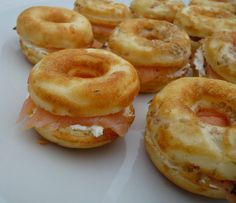 Spoon, Needle and Jigsaw: Salted Donuts with Bagels Smoked Salmon (Donuts Machine) Donut Recipes, Whole Food Recipes, Mini Bagels Recipe, Fun Easy Recipes, Easy Meals, Cake Factory, Mini Donuts, Party Finger Foods, Smoked Salmon