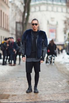 Gosh, we love a man in fur!!! #streestyle #fashion total black outfit. #moda