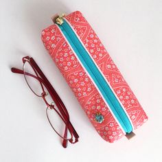 The pen case consisting of pink kimono fabric and a turquoise blue zipper will brightly stand out on your desk. The case is also recommended as a casual gift and Japanese souvenir.