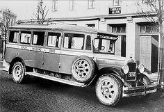 Frogner i Sørum kommune Rutebil. På bildet ser vi den tredje rutebilen O.H. Bjerke på Hvalsødegarden eide. Det er en Federal kjøpt i 1927. Chassiset kom i kasser fra Amerika, og ble montert sammen hos Øyvind Holtan på Grønlandsleiret i Oslo. Sønnen Olaf Bjerke arbeidet der.
