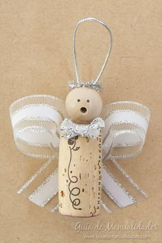 Christmas angels with corks and ribbons Today I bring you a lovely idea that has me in love! Make my own Christmas ornaments to decorate my Christmas tree Wine Cork Ornaments, Diy Christmas Ornaments, Christmas Angels, Christmas Decorations, Christmas Favors, Christmas Crafts For Gifts, Christmas Fun, Wine Cork Art, Wine Cork Crafts