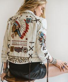 Siiiiiiick Jacket Embellished Jackets, Jean Jacket Outfits, Leather Jacket Outfits, White Jacket Outfit, Bohemian Dresses, Boho Outfits, Fashion Outfits, Boho Fashion, Fashion Trends