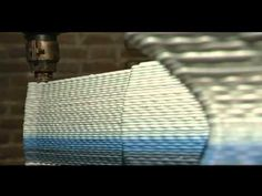 """O designer Dirk Vander Kooij uniu design e tecnologia para projetar a cadeira Endless – Interminável. Combinado várias técnicas, ele criou um processo automatizado e """"ensinou"""" um robô a fazer móveis. Pequenos pedaços de refrigeradores reciclados são colocados na parte superior do robô e derretidos. O material líquido sai por um braço móvel  que desenha a cadeira em camadas. Pedaços  coloridos podem ser colocados para dar cor aos móveis. Além de cadeiras, podem ser feitas mesas e outras…"""