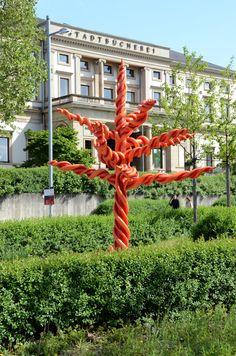 Good Die Skulptur vor der Stadtb cherei Stuttgart
