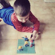 Nada mejor que un niño juegue caseramente que electronicamente. #jugaresesencial @rejuega