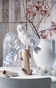 Sneeuwuil    Door de stukjes aanmaakhout en een ruwe, nonchalante gipslaag lijkt dit uiltje gebeeldhouwd door een kunstenaar. Extra mooi op een berkenstammetje gecombineerd met sneeuwwitte accessoires.
