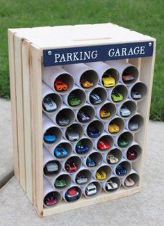 Un'idea geniale per la camera dei bimbi! Un garage multipiano per le macchinine ;)