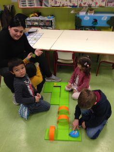 Esta es la última sesión del TALLER DE ROBÓTICA que realizamos con las familias. En esta ocasión vinieron a jugar con nosotros Marta, Flor...