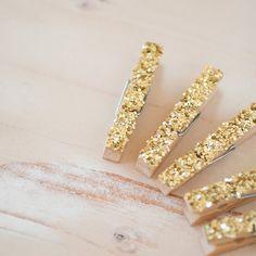 6 Mini Metallic Gold Glitter Clothespins por AnastasiaMarieShop