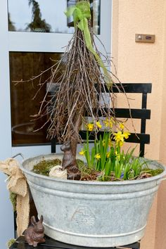 """So zwischendurch mal eben,habe ich vor einer Woche ein bisschen Ostern auf unseren Küchentisch gezaubert…. …die Zinkwanne vor der Haustür ein wenigumgestaltet,… ….einen österlichen Türkranz aufgehängt,…. ….das brütende Drahthuhn in der Shabby-Emailleschale ins Fenster gestellt,…. ….die blauen Keramikeier aus meiner """"90er-Jahre-Blautick-Zeit"""" auf den Feuerkorb gesetzt,…. ….sowie in den rostigen Vogelkäfig,…. …"""