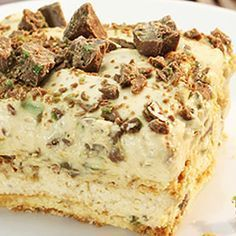 Crisp tart Peppermint Crisp tart: 1 packet tennis biscuits 1 can caramel treat cream - fresh Peppermint Crisp chocolate bars - grated cover dish bottom with rows of tennis biscuits. Whisk cream until stiff. In separate bowl mix caramel and pepp South African Desserts, South African Dishes, South African Recipes, South African Decor, Köstliche Desserts, Delicious Desserts, Dessert Recipes, Yummy Food, Plated Desserts