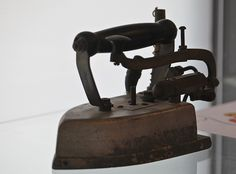 Old Irons   cea +   Flickr Antique Iron, Vintage Iron, Antique Items, Vintage Appliances, Small Appliances, Primitive Laundry Rooms, Vintage Phones, Vintage Laundry, Iron Board