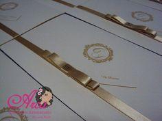 convite de casamento <br>com fitinha de cetim dourada <br>Papel: vergê 180gr <br>Convite individual:0,10cada <br>A cor do laço pode ser alterada - verifique nossa disponibilidade! <br>100 unidades os convites- individuais GRATIS! <br>Menos de 50 unidades o valor será acrescentado (3,50 cada) <br>Acompanha: tag com o nome de cada convidado ou em branco <br>embalagem plastica <br>adesivo bolinha <br> <br>**Enviamos a arte por e-mail para aprovação em até 48 horas, após a confirmação do…