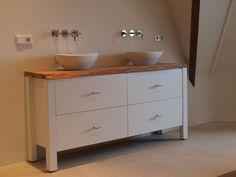 Maatwerk badkamermeubel by Lavello. Op het witte badkamermeubel hebben we een houten schaaldeel toegepast. Het resultaat is wederom super gaaf!