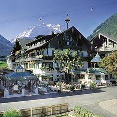 Alpendomizil Neuhaus. Dit mooie hotel is gelegen in het centrum van Mayrhofen, Oostenrijk. Het hotel bestaat uit twee gebouwen en heeft een mooi wellness centrum.