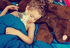 Se resistir à fofura das crianças já é difícil, imagina então quando os pequenos estão acompanhados de seus gatos, brincando como se não houvesse amanhã!