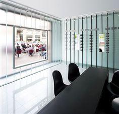 Un juego de distorsión visual en esta óptica de Olot, por Cubus Taller de Arquitectura   diseño de interiores en casa
