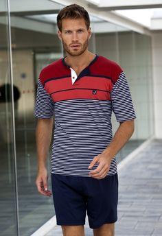 Pijama de la marca Massana, Camiseta listada en azul marino, pantalón corto liso en azul marino.