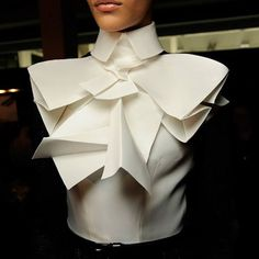 Backstage at Elie Saab, M∙A∙C Paris Haute-Couture Fashion Week Fall/Winter Origami Fashion, 3d Fashion, Fashion Details, Trendy Fashion, Fashion Show, Fashion Design, Paris Fashion, Elie Saab, Structured Fashion