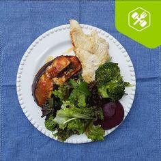 Beringela ao forno da @cozinhafit Link: https://www.instagram.com/p/BLL9KReB6J2/?taken-by=cozinhafit 1) Refogue a cebola no azeite, adicione tomate, pimentão, salsinha e cebolinha e deixe cozinhar. 2) adicione orégano, pimenta do reino e sal, reserve. 3) corte a berinjela em fatias na horizontal, grelhe na frigideira com azeite, dos dois lados. 4) montagem em um refratário: camada de molho de tomate, berinjela, queijo de sua preferência e refogado, repita. 5) Leve ao forno por 20 minutos
