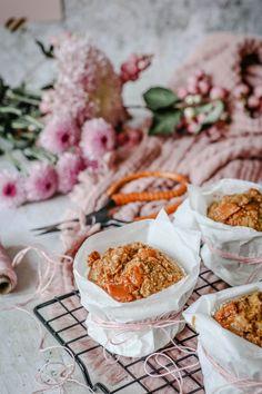 Mein Rezept für saftige Kürbis-Muffins mit Karamell-Toffee & Meersalz | Kürbis-Küchlein backen | Homemde Pumpkin Muffin Recipe | luziapimpinella.com Toffee, Cereal, Breakfast, Food, Whole Wheat Flour, Almond Milk, Caramel, Sea Salt, Sticky Toffee