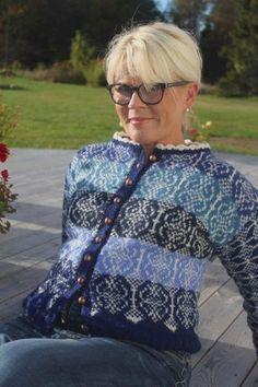 Uglekofta strikkes i 6 forskjellige farger i Rauma Finull. Den finnes i 5 størrelser. Design: Hege Kurland