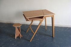 """Table 2 vie(s) par Simon Evrard.  """"En une manipulation simple, la table sera un bureau de travail disposant de 2 plateaux...""""  Projet sélectionné par le VIA (Valorisation de l'Innovation dans l'Ameublement) pour l'exposition VIA des écoles de design"""