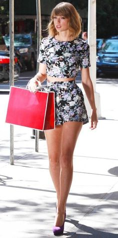 Taylor Swift gravitated toward matching coordinates (aka her go-to uniform), selecting a floral crop top and shorts by ASOS, with radiant purple Brian Atwood pumps. - Look of the Day - September 2014 - Taylor Swift in Asos from Taylor Swift Hot, Taylor Swift Outfits, Style Taylor Swift, Taylor Swift Clothes, Taylor Swift Skinny, Taylor Swift Fashion, Swift 3, Taylor Lautner, Celebridades Fashion